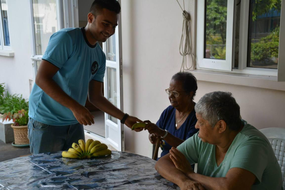 YUVA District of Port Louis celebrated Easter with babies, youngsters and old people of Missionary of Charity at Roche Bois through the distribution of food. (Photo: YUVA/Luckkana Ghaneswarsing)